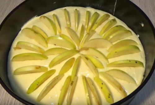 Как испечь творожную шарлотку со свежими яблоками