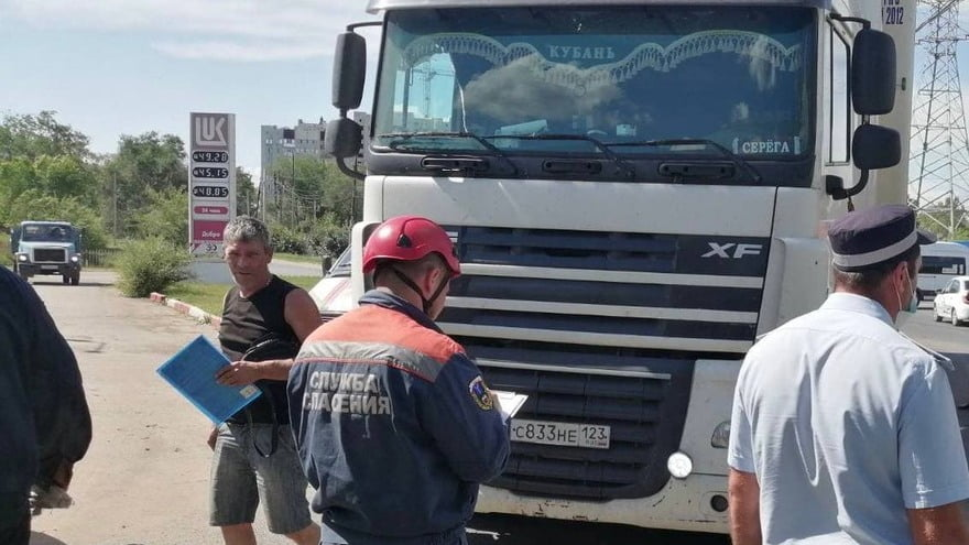 В Энгельсе спасатели достали пешехода из-под колес фуры