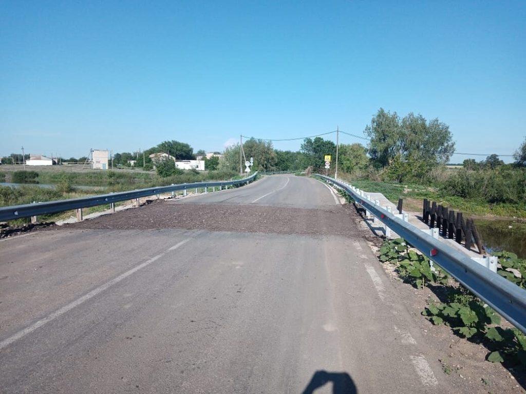 В с. Липовка засыпали крошкой плотину временно до проведения ремонта