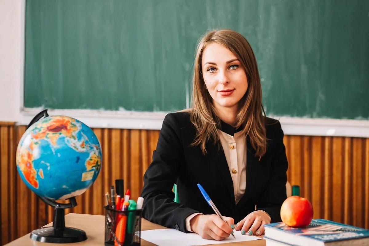 в августе поднимут зарплаты учителям