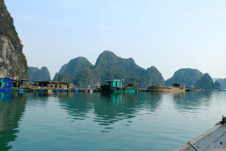Trải nghiệm du lịch Việt Nam ở Cát Bà qua làng chài nổi trên mặt nước-min