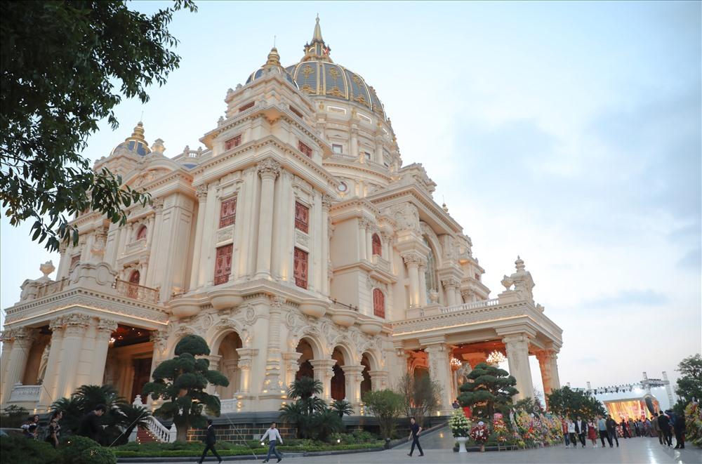 Bất động sản - Chiêm ngưỡng lâu đài mạ vàng gây choáng của đại gia Ninh Bình (Hình 2).