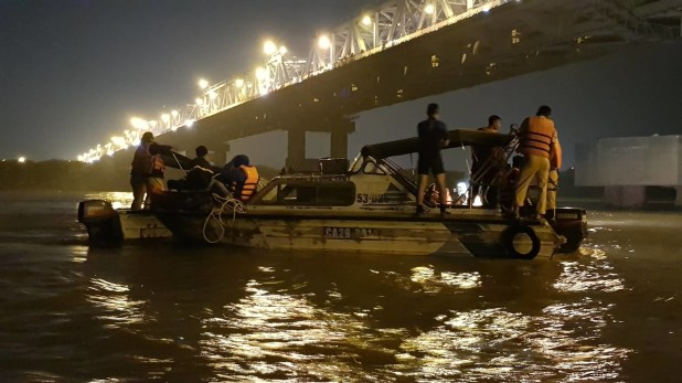 """Highlight five black cars from Chuong Duong Bridge to the Red River River """"width ="""" 145 """"height ="""" 101"""