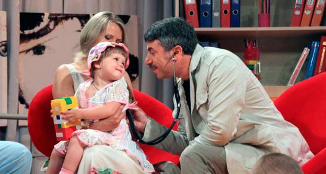 Доктор Комаровский осматривает ребенка