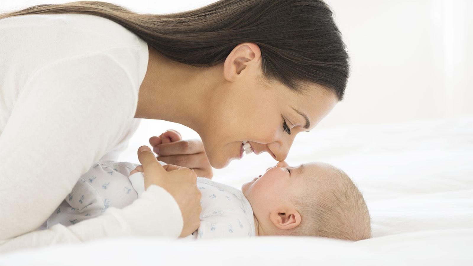 Как почистить нос новорожденному ребенку от сухих козявок и соплей аспиратором, ватным жгутиком, грушей в домашних условиях