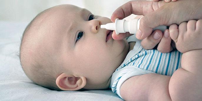 Если у грудничка появился насморк, незамедлительно обратитесь к педиатру - он назначит правильные капли в нос