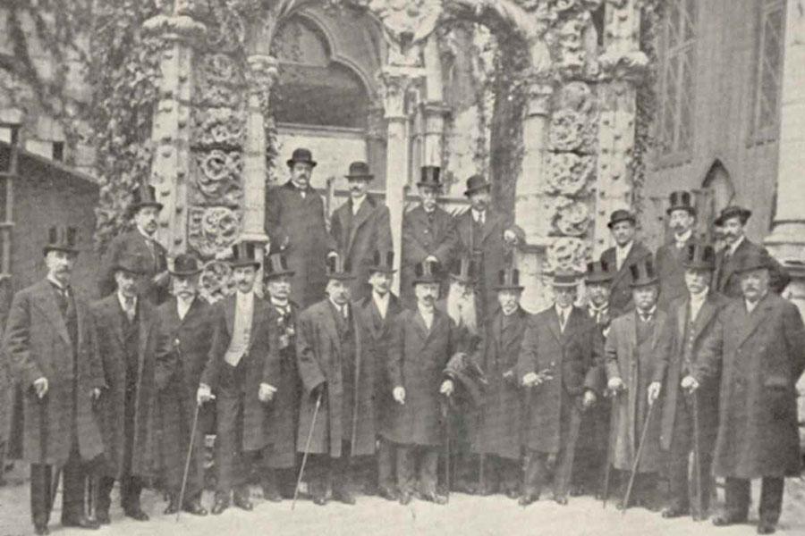 Foto tirada por ocasião da sessão comemorativa do 50º aniversário da fundação da Associação dos Arqueólogos Portugueses. Grupo de sócios em frente da janela manuelina. 1913 (Reprodução da foto original: José Pessoa/DDF/IPM)