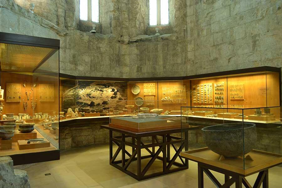 Imagem da Sala 1 do Museu Arqueológico do Carmo, onde estão dispostos em vitrines os artefactos encontrados em Vila Nova de São Pedro.
