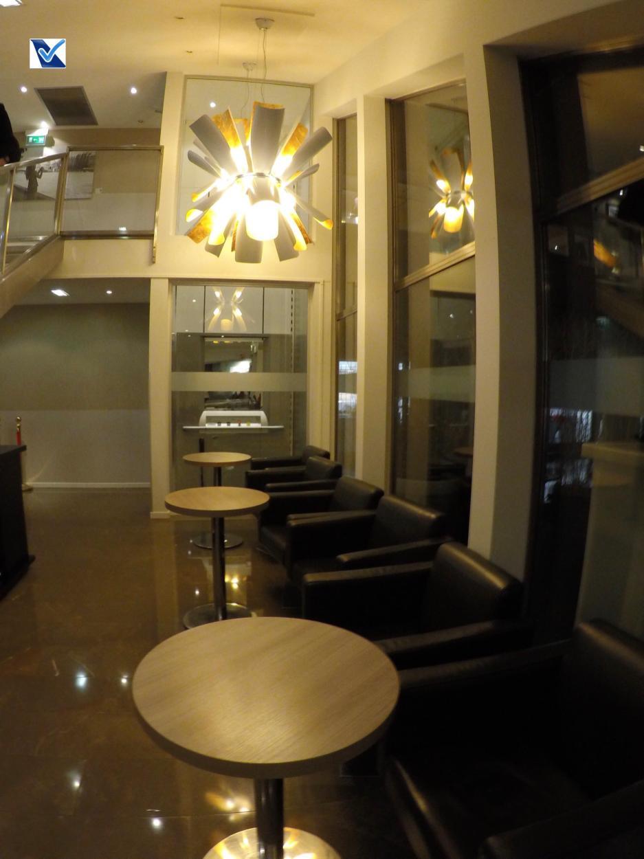 Sala VIP - Star CDG - Lustre e mesas