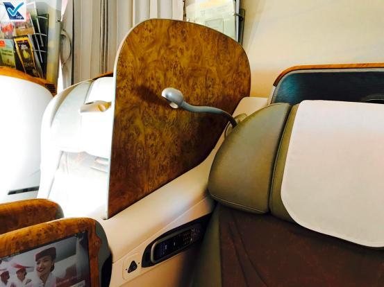 Poltrona B777 - Business Emirates - Divisória