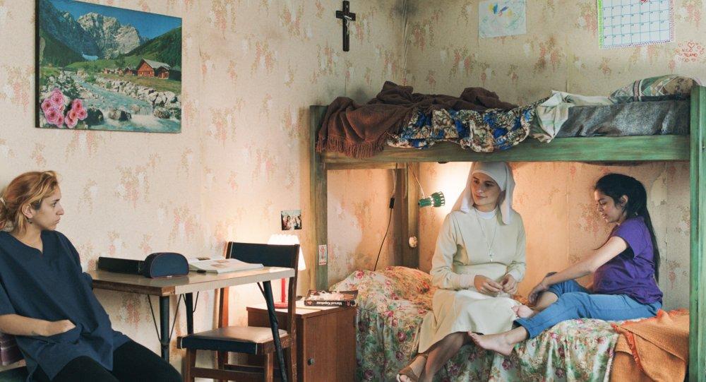 maternal-2019-003-three-women-sitting-in-bedroom