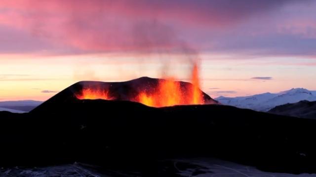 Il vulcano Eyjafjallajokull in eruzione