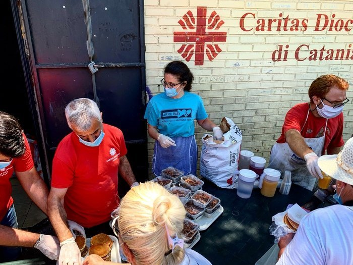 distribuzione di pasti della caritas