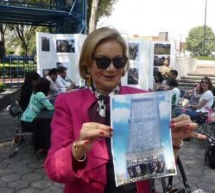 En la imagen, Guadalupe Loaeza muestra la proyección de la mega torre. Foto: Libre en el Sur
