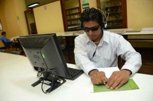 Trabajador ciego. Foto de STyPS