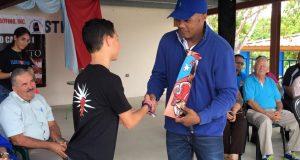 Tito Trinidad compartió con los estudiantes de las escuelas.