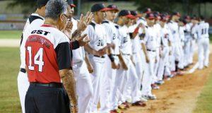 Los jugadores de los Cardenales de Lajas se preparan para el partido.