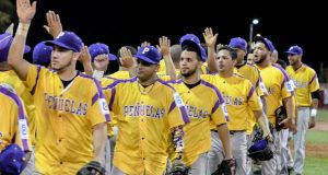 Integrantes de los Petroleros de Peñuelas saludan a los jugadores del equipo contrario.