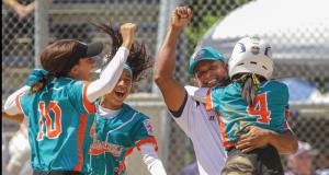 Las jugadoras y el personal técnico de las Jueyeras de Maunabo celebran tras el triunfo en el Mundial de Pequeñas Ligas.
