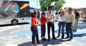 El alcalde de Cabo Rojo, Roberto Ramírez Kurtz, y el director de Aemead, Ángel Crespo Ortiz, orientan a estudiantes sobre las medidas preventivas a tomar.