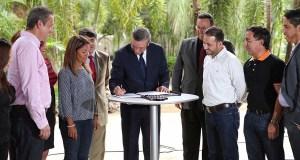 El consorcio se formalizó con la firma de una orden ejecutiva del gobernador Alejandro García Padilla. (Facebook / Karilyn Bonilla)