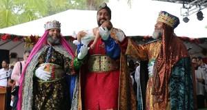 Melchor carga al niño Jesús, mientras le acompañan Baltasar y Gaspar. (Voces del Sur)