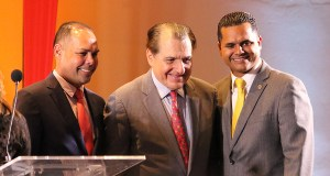 Carlos Rodríguez Mateo y Ramón Luis Rodríguez Ruiz junto al exgobernador Rafael Hernández Colón. (Voces del Sur / Pedro A. Menéndez Sanabria)