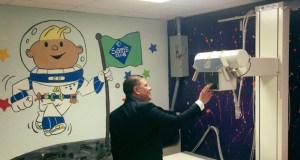 """Nelson Cruz dijo que trabajará """"en los próximos años"""" para que la sala de emergencia pueda comenzar a operar. (Facebook / Fundación Go Gogo)"""