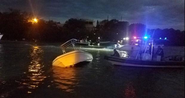 Las autoridades enderezan el bote involucrado en el accidente. (Twitter / Oficina Municipal para el Manejo de Emergencias de Lajas)