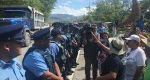 La Policía de Puerto Rico le dio escolta a los camiones con cenizas de AES, en cuatro ocasiones este mes de julio, para que pudieran entrar al vertedero Peñuelas Valley Landfill. (Voces del Sur)
