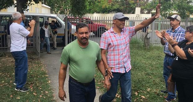 El profesor José Víctor Madera y Orlando Flores fueron dos de los arrestados en la PR-2. En la foto, a su llegada al Tribunal de Guayanilla donde el grupo fue recibido con aplausos por familiares y amigos. (Voces del Sur)