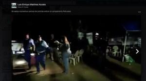 Policías ocuparon baldes con piedras y otros objetos en el Campamento contra las cenizas en Peñuelas. (Captura / Facebook / Luis Enrique Martínez)