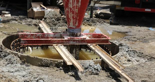 Pese a la orden de paralización, la compañía encargada de instalar la torre de telecomunicaciones intentó llenar el agujero de 35 pies de profundidad con cemento.
