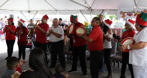 Un grupo de personas interpretó temas navideños durante la fiesta.