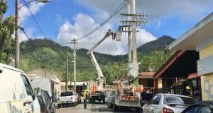 Brigada de la Autoridad de Energía Eléctrica trabajando en el pueblo de Adjuntas. (Facebook / Jaime Barlucea Maldonado)