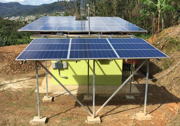 Radio Casa Pueblo es impulsada por 42 paneles de 260 vatios.