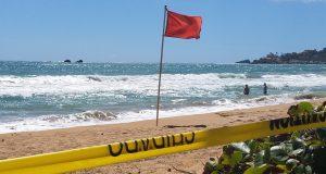 La bandera roja advierte a las personas sobre la peligrosidad de las aguas.