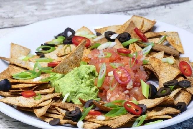 gezonde nachos met guacamole en tomatensalsa