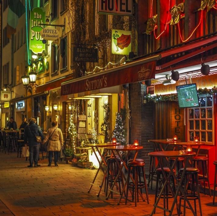 Een foto van de Altstadt in Düsseldorf. De Altstadt is bekend in Düsseldorf omdat dit de plek is voor het uitgaan in de Düsseldorf.