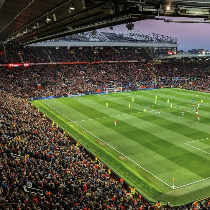 Een afbeelding van een goed gevuld Old Trafford. De thuishaven van Manchester United is te vinden in de voetbalstad Manchester waar uiteraard ook de rivaal City te vinden is. Druk op de afbeelding en kom meer te weten over de voetbalstad!