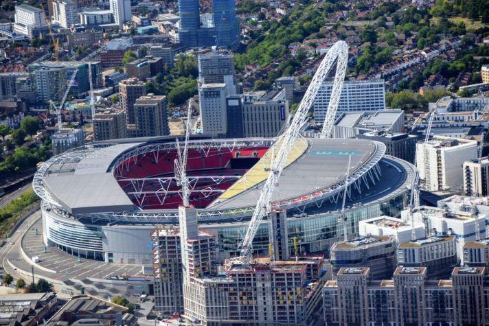 Het Wembley Stadium moet je hebben bezocht tijdens een voetbalreis naar Londen. Het indrukwekkende voetbalstadion biedt namelijk plek voor wel 90.000 fanatieke supporters!