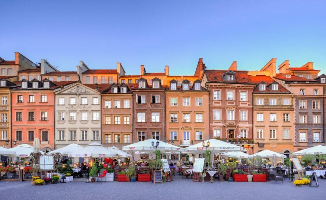 Een bekend plein in de voetbalstad Warschau waar je gezellige terrassen kunt vinden.