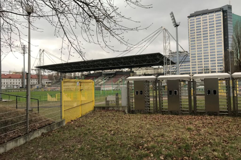 Stadion Polonii gefotografeerd vanuit de hoek van het stadion. Het stadion moet je bezoeken tijdens je voetbalreis naar Warschau.
