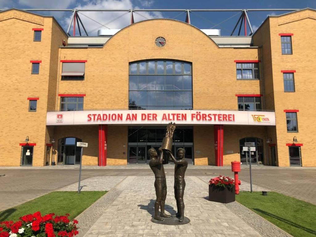 De voorgevel van het Stadion an der Alten Försterei. Thuishaven van Union Berlin . Onze tweede bezoek in drie dagen tijdens onze voetbalreis naar Berlijn.