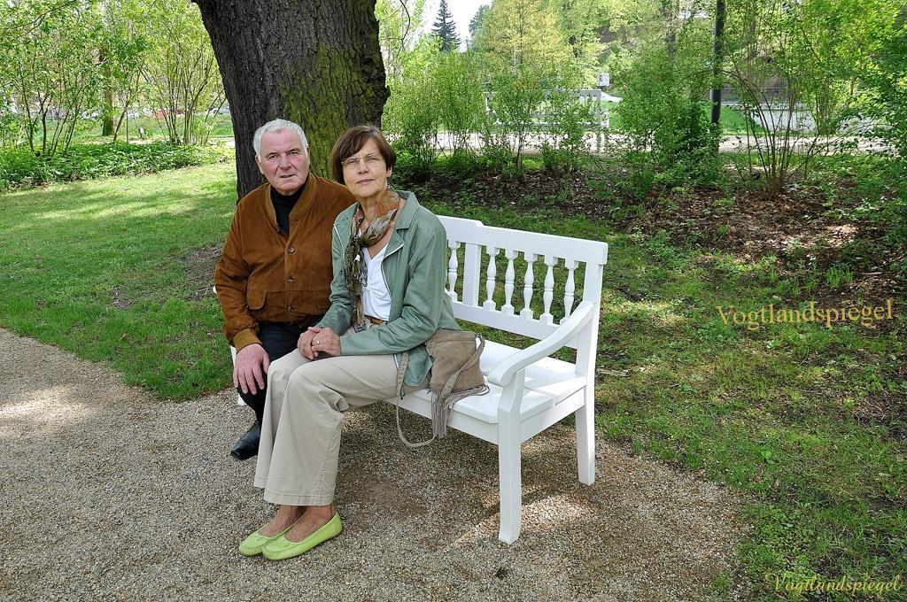 Elsterberger Bürgerinitiative spendet Sitzbank für Greizer Park