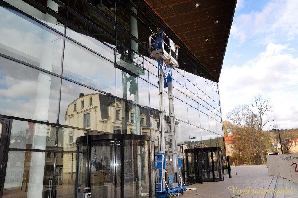 Glasfassade der Vogtlandhalle Greiz wird geputzt