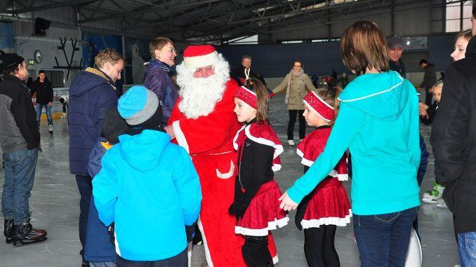 Weihnachtsmann auf der Greizer Eisbahn gesichtet