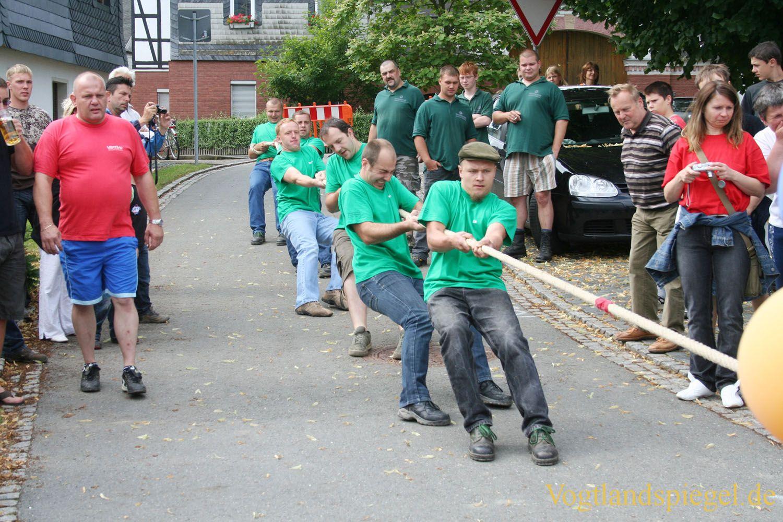Gaudi-Wettkampf im Feuerwehrziehen beim Sommerfest in Daßlitz