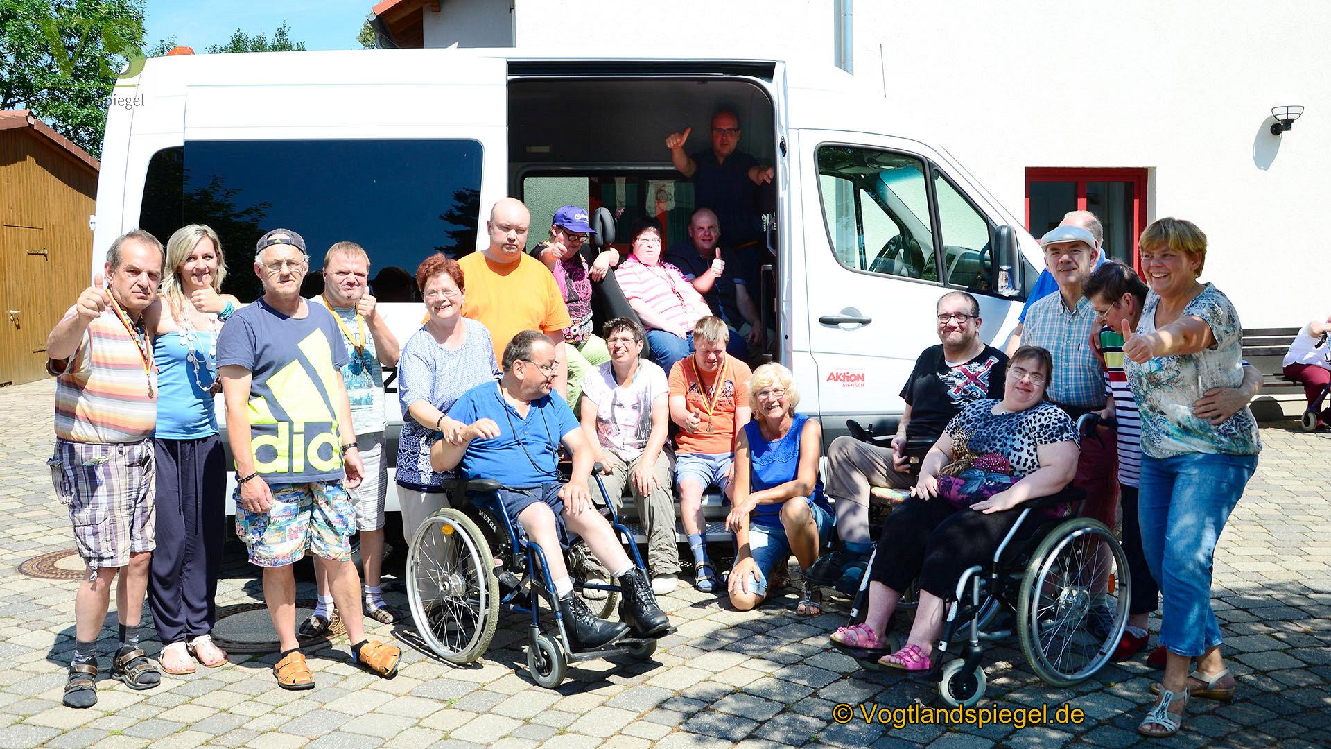 Wohnheim der Lebenshilfe Mohlsdorf: Bewohner freuen sich über neuen Bus