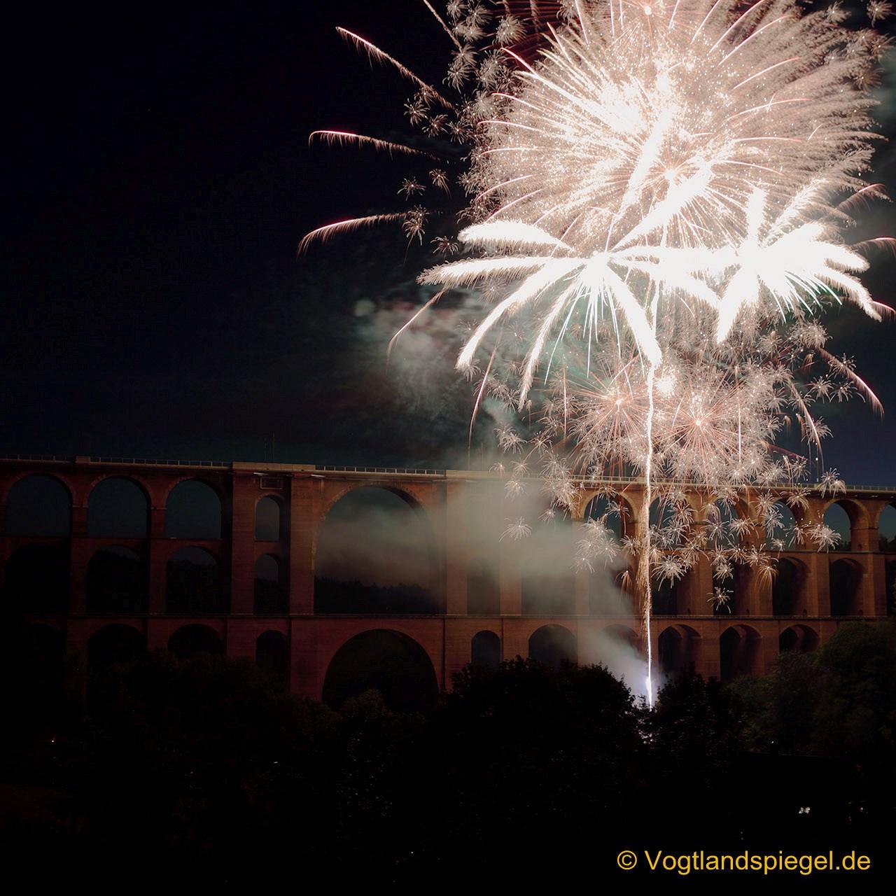 Das Feuerwerk zum Abschluss der Veranstaltung Philharmonic Rock begeistert tausende Zuschauer.